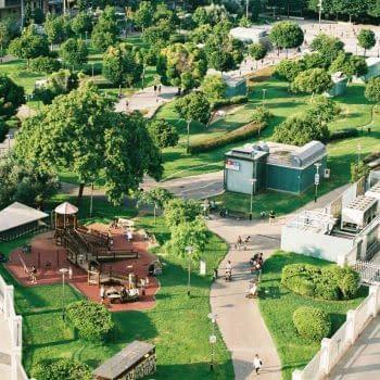 Parkanlage mit vielen Fußgängerwegen in grüner Umgebung